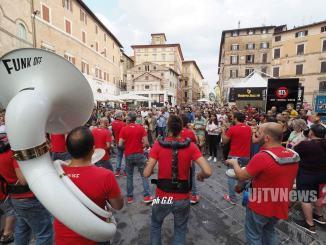 I Funk Off da Umbria Jazz in Ospedale, ma non stanno male eh, suonano