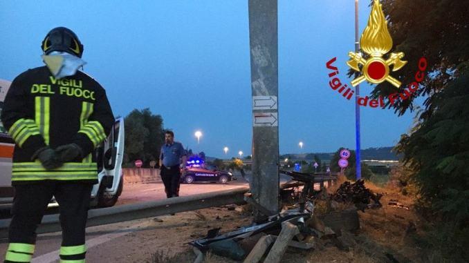 Tragedia sulla 318, un morto e due feriti in un incidente stradale a Branca