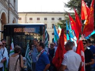 Sciopero dei trasporti, in tanti al presidio in piazza Italia a Perugia
