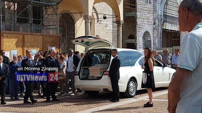 Lacrime, dolore e silenzio, in tantissimi ai funerali di Sofia Perelli