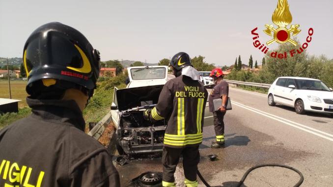 A fuoco un'auto sulla Pian d'Assino tra Gubbio e San Marco