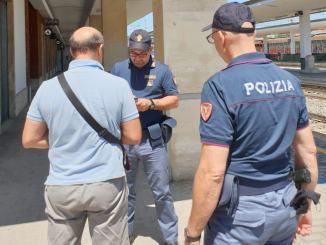 Cammina a piedi lungo la superstrada multato e poi espulso della Polizia di Stato
