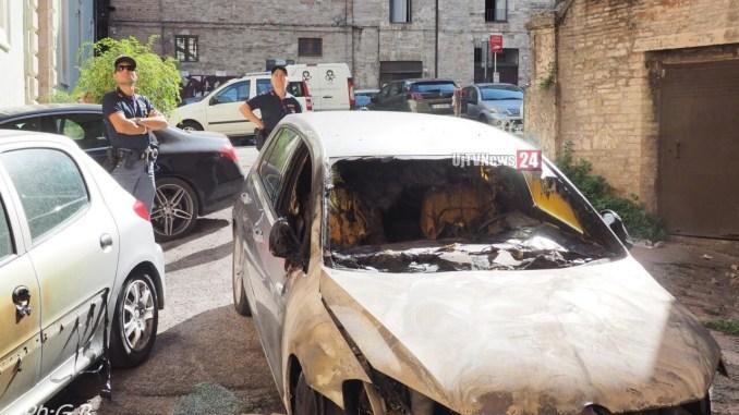 Auto in fiamme in centro a Perugia, elementi molto simili a quelli di Fontivegge