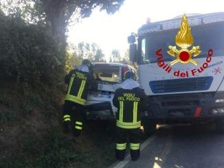 Auto contro camion a Città di Castello, un ferito estratto dalla vettura