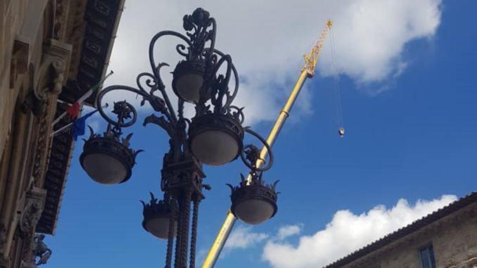 Le scale mobili del mercato coperto arrivano dal cielo, spettacolare