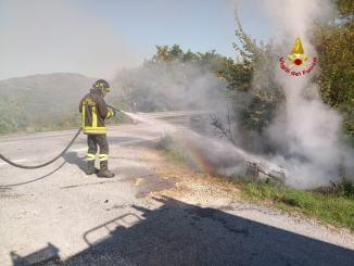 Incidente, moto si incendia dopo scontro con auto, un ferito