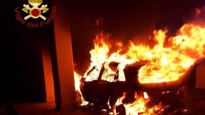 Incendio auto in via Chiusi a Perugia, indagini in corso