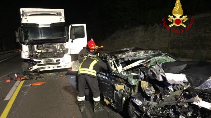 Tesla fa incidente stradale arriva camion e la travolge su E45, ferito il conducente