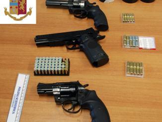 Revolver e pistola lanciarazzi tenuti in casa senza autorizzazione, denunciato