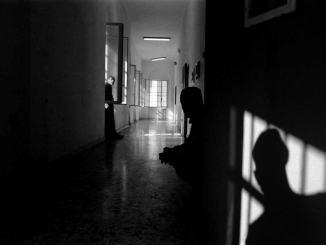 Giornata di violenza e follia al carcere di Capanne, cinque agenti feriti