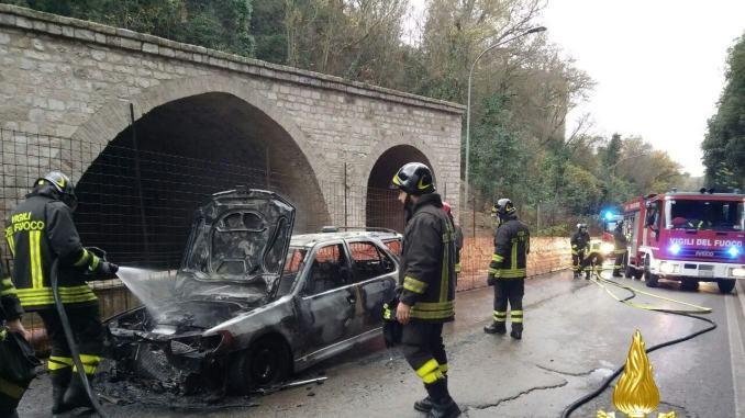 Auto alimentata a metano in fiamme in via San Galigano a Perugia