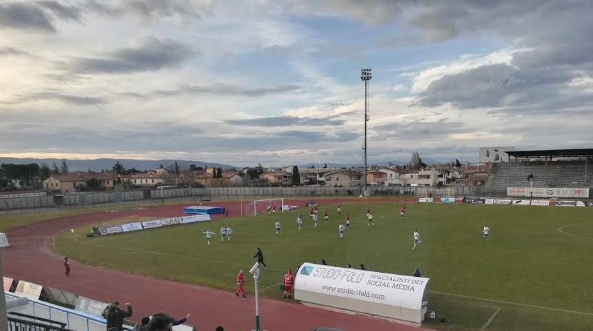 Tifoso toscano schiaffeggia carabiniere allo stadio di Foligno durante partita