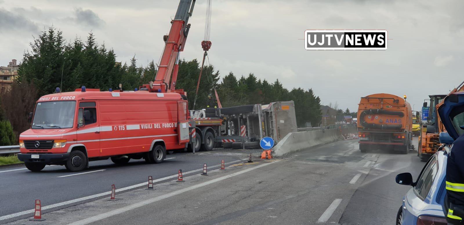 Autocarro si ribalta sulla E45 a Deruta, ferito autista, strada chiusa