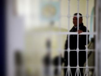 Agente pestato in carcere, pm modifica capo di imputazione
