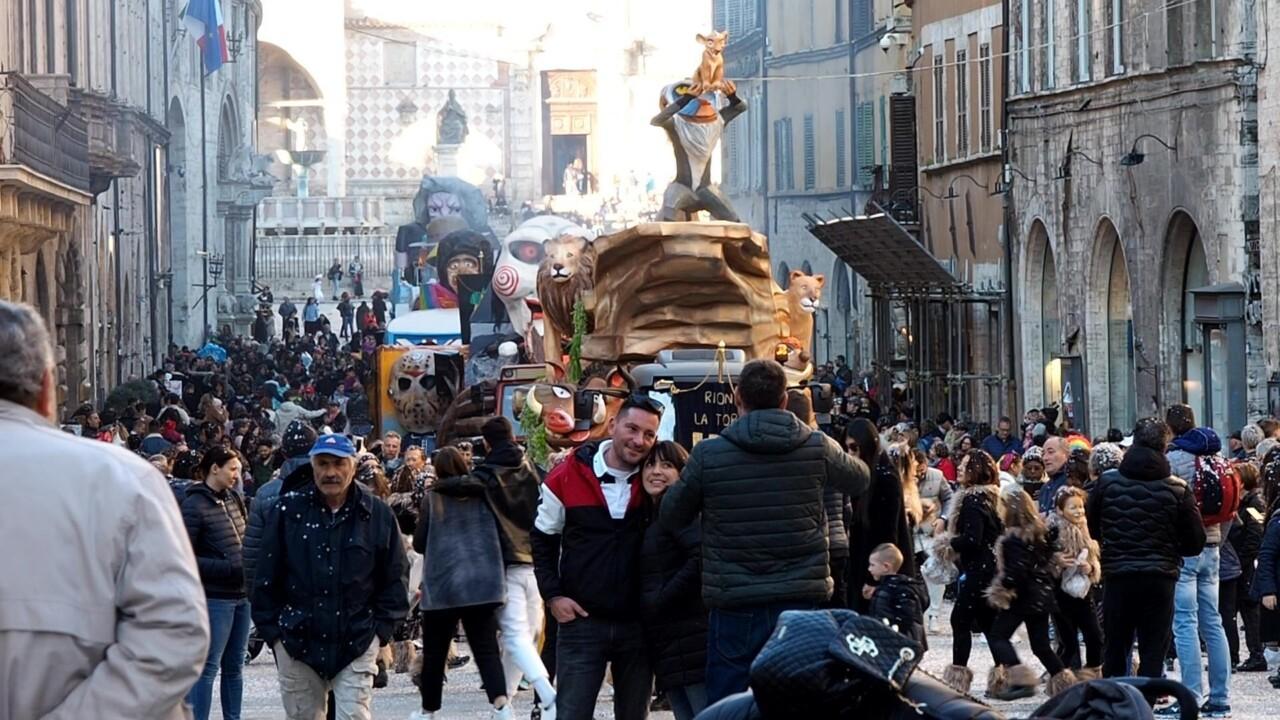 Carnevale di San Sisto approda in centro a Perugia, carri, balli, musica e tanti coriandoli 📸
