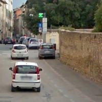 Ragazzini si stendono in strada e sfidano la morte all'arrivo delle auto