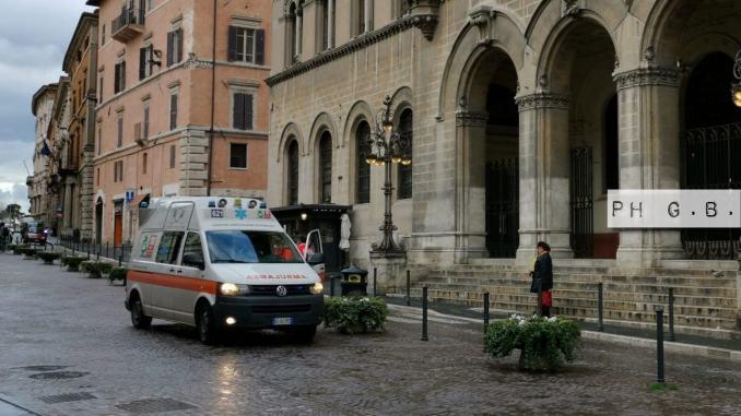 Ambulanza davanti al tribunale civile di Perugia, a breve aggiornamento