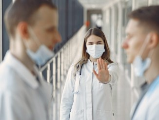 """Covid, epidemia in Italia è in rapido peggioramento, ISS: """"Evitare contatti con persone al di fuori del proprio nucleo abitativo"""""""