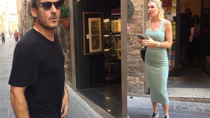 Francesco Totti e Ilary Blasi a Spello, come normali turisti