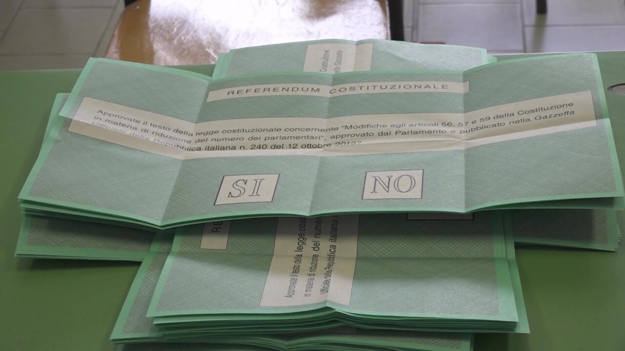 Referendum, scatta foto alla scheda, fuori dalla cabina si sente click