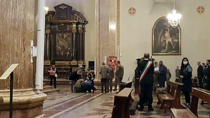 Malore in chiesa per un carabiniere, attimi di panico in Duomo a Perugia