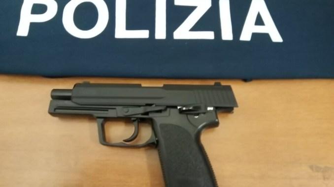 Con la pistola in mano in via Baglioni a Perugia, panico in centro