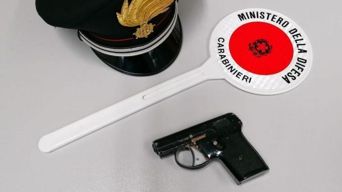 Denunciato ladruncolo 18enne, aveva con sé anche una pistola lanciarazzi
