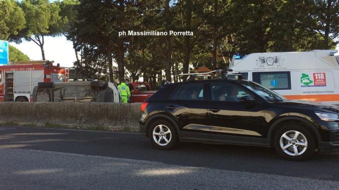Incidente, violento scontro tra due auto sulla E45 a Ponte San Giovanni, un ferito