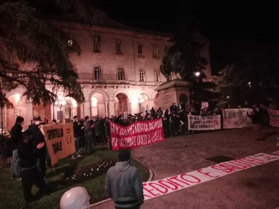 Perugia solidale in piazza, oltre 300 persone chiedono reddito e salute