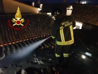Incendio all'alba a Massa Martana, in fiamme un tetto causa canna fumaria