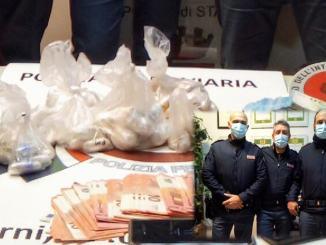 Un chilo e mezzo di droga nelle confezioni di liquori sul treno Roma Perugia