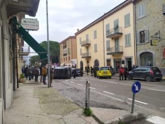 Incidente, auto si ribalta, via Manzoni Ponte San Giovanni, 3 mezzi coinvolti