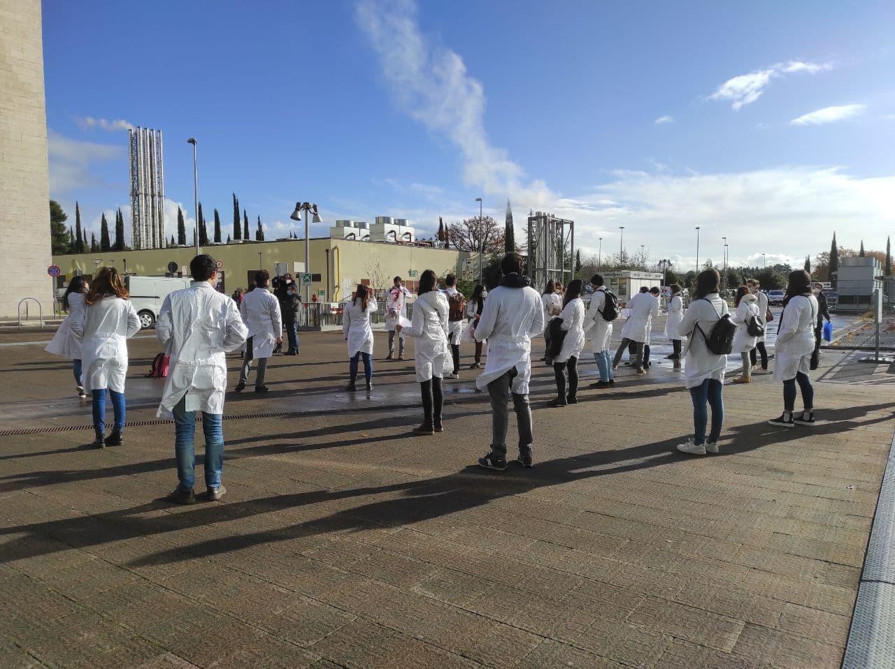 Piano vaccini anti covid scuola e università, esclusi dottorandi, la protesta