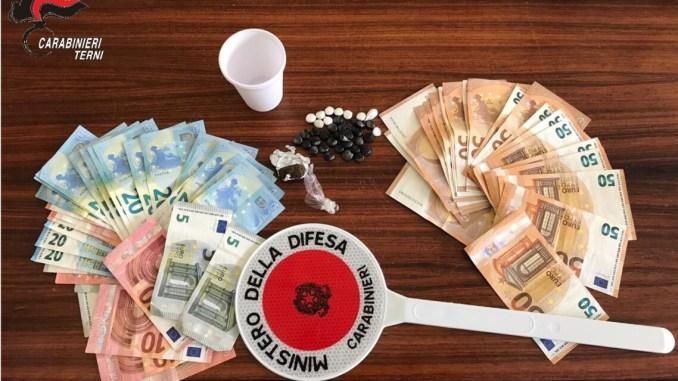 Spaccio di droga, eroina, cocaina e hashish in appartamento a Terni
