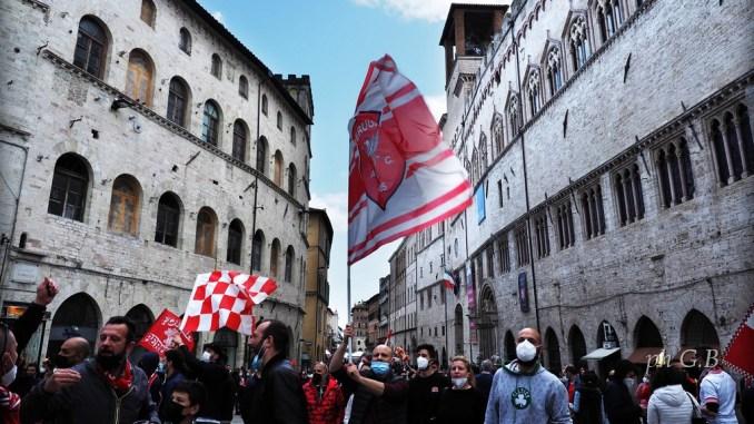Perugia in serie B, città in festa, fumogeni, clacson, cori e folla in centro
