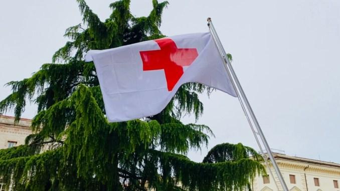 A presidente Umbria Tesei la bandiera della Croce rossa