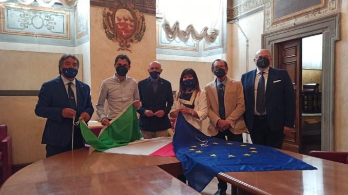 Ancri dona bandiera italiana e europea Comune Perugia e Protezione civile
