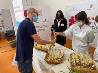 Terni, studenti e insegnanti istituto alberghiero punto vaccinale Casagrande