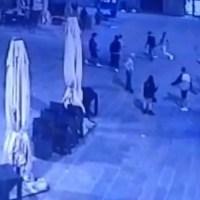 A colpi di cintura, Polizia sventa rissa nella notte, caos in centro a Perugia