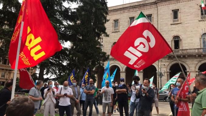 Trasporto pubblico locale, manifestazione in piazza, lavoratori preoccupati