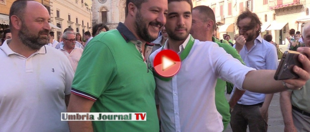 Matteo Salvini a Todi,folla urlante, cori da stadio e fazzoletti verdi