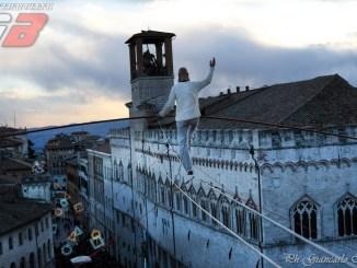 Tutte le foto del funambolo di Perugia, piazza IV novembre, occhi verso il cielo