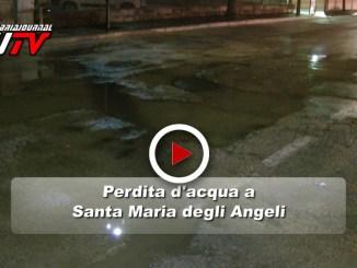 Strada allagata e puzza di fogna insopportabile a Santa Maria degli Angeli