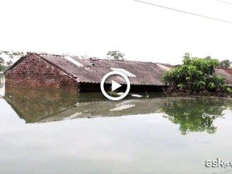 Inondazioni in Vietnam, l'acqua arriva fino ai tetti delle case