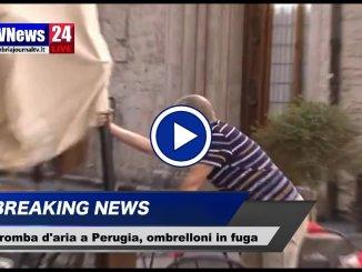 Tromba d'aria a Perugia, paura in centro, video di Pasquale Punzi, ombrelloni sbattuti da vento