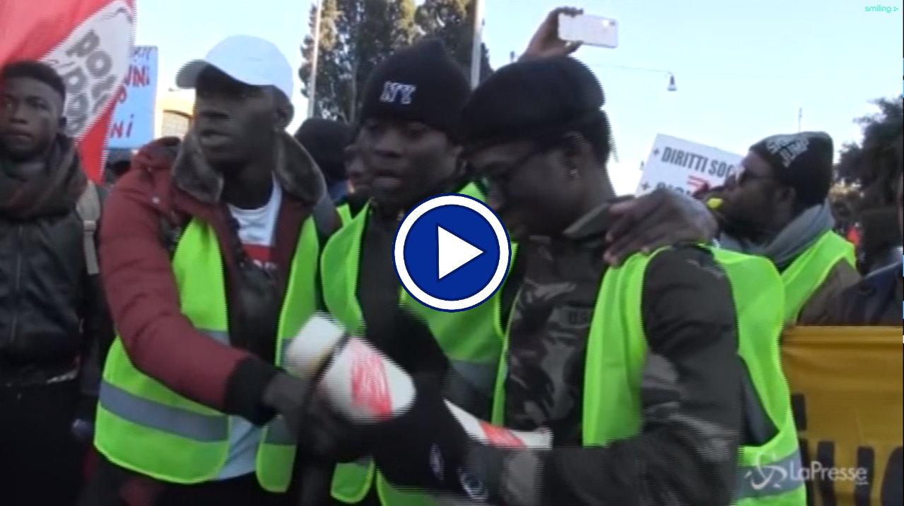Roma, migranti in corteo contro il decreto di Matteo Salvini, video protesta