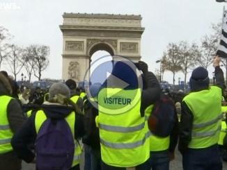 Gilet gialli: 76.000 in tutta la Francia, video dei tafferugli a Parigi