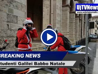 Studenti Galilei vestiti da babbo natale in scooter