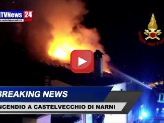 Vigili del fuoco domano fiamme su tetto di una casa a Narni il video