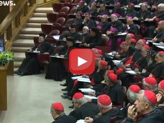 """Abusi nella Chiesa: il clero cattolico fa """"mea culpa"""" al sinodo di Roma"""